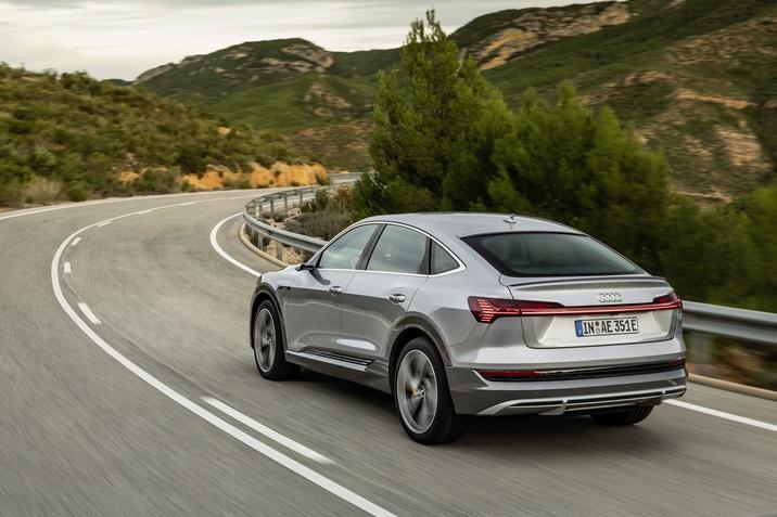 A tisztán elektromos SUV és az e-tron Sportback SUV kupé modellek felszereltsége bővült
