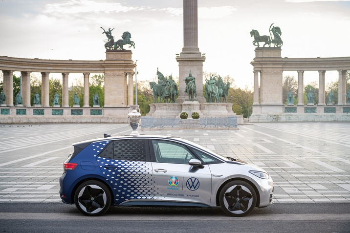 Különleges Volkswagen szállítja az UEFA-trófeát
