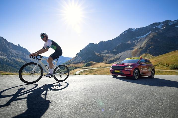 Villanyautó vezette fel a Magyar kerékpáros Körverseny mezőnyét